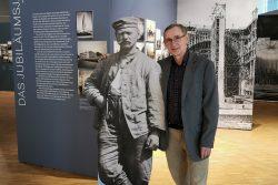 Ausstellungskurator und Fototheksleiter Christoph Kaufmann in der Ausstellung. Foto: Stadtgeschichtliches Museum Leipzig