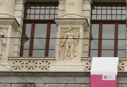 "Bilderschmuck an der Stadtbibliothek: Exotischer Blick auf ""primitive"" Völker. Foto: Ralf Julke"