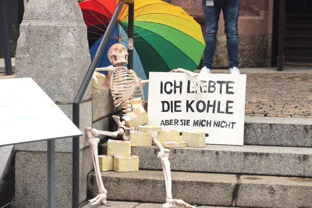 Kundgebungsteilnehmer/-in vor der Kongresshalle, in der der Stadtrat tagte. Foto: L-IZ.de