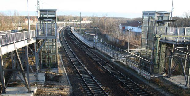 Blick von der Georg-Schwarz-Brücke über die beiden S-Bahn-Haltepunkte. Foto: Ralf Julke