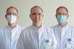 Studienleiter Dr. Sven Fikenzer mit jeweils einer der Masken, die bei der Untersuchung von den Teilnehmern getragen wurde, rechts die chirurgische Maske und links die FFP2-Maske. Foto: Montage: Hagen Deichsel / UKL