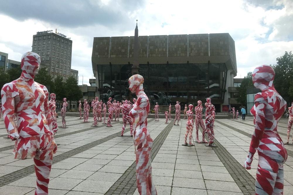 Ein Mahnmal zur Coronakrise vor dem Leipziger Gewandhaus. Foto: Pia Benthin