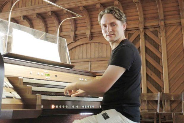 Andreas Mitschke an der Kreutzbach-Orgel der Emmaus-Kirche Leipzig-Sellerhausen. Foto: Werner Schneider