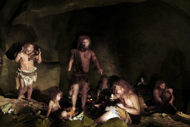 Neandertaler und moderner Mensch haben sich im Laufe der Jahrtausende mehrfach miteinander gemischt und Gene ausgetauscht. Forschende haben nun entdeckt, dass Menschen, die eine Genvariante für einen bestimmten Ionenkanal vom Neandertaler geerbt haben, eine niedrigere Schmerzschwelle besitzen. Foto: Science Photo Library / Daynes, Elisabeth