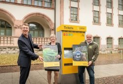 Prof. Dr. Jörg Junhold, Sandy Brachmann und Ulf Middelberg (v.r.n.l.) vor einem LVB-Ticketautomaten. Foto: Leipziger Gruppe