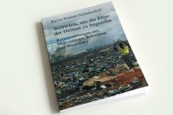 Schadendorf: Weltwärts, um die Enge der Heimat zu begreifen. Foto: Ralf Julke