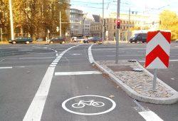 Auch wenn es sich ungewöhnlich anfühlt: Wird der geradeausfahrende Radverkehr links neben dem rechtsabbiegenden Kfz-Verkehr geführt, erhöht sich die Sicherheit für den Radverkehr deutlich. Foto: ADFC Leipzig