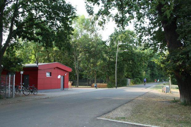 Der Kiosk des neuen Rastplatzes am Cospudener See. Foto: Ralf Julke
