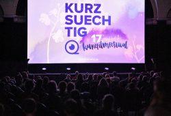 Kurzsuechtig Festival: Insgesamt 31 Filme liefen von Mittwoch bis Samstag im Wettbewerb des 17. KURZSUECHTIG Kurzfilmfestivals und sorgten für ausverkaufte Säle im Leipziger Felsenkeller. Quelle: KURZSUECHTIG e. V.