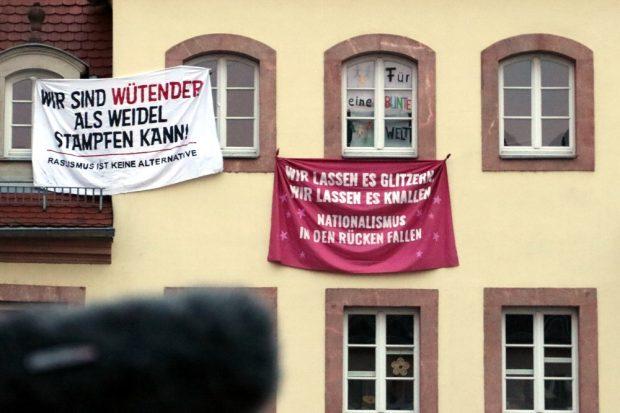 Auch die Grimmaer hatten etwas für Höcke vorbereitet. Foto: L-IZ.de