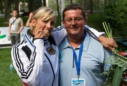Jasmin Schornberg nach ihrem größten Erfolg mit ihrem Heimtrainer Jürgen Schubert. 2009 wird sie Weltmeisterin im Kajak-Einer in La Seu d'Urgell. Foto: Jochen Maier