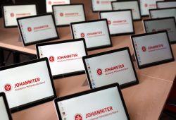 Die Johanniter-Akademie Mitteldeutschland hat heute 180 neue Tablet-PCs an ihre Dozenten und Schüler übergeben. Quelle: Johanniter-Unfall-Hilfe e.V.