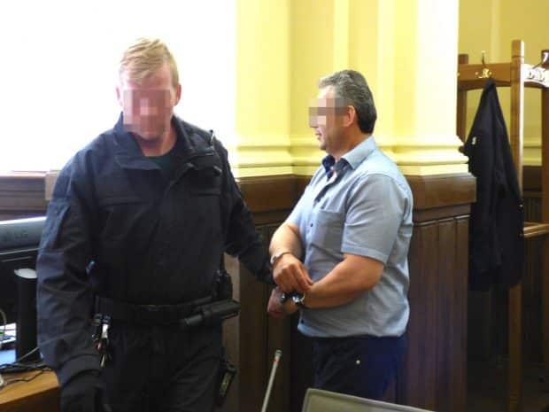 Er soll den Mord in Auftrag gegeben haben: Hüseyin D. (51, r.), hier 2018 bei seiner Vorführung am Landgericht. Er kam nun aus der U-Haft frei. Foto: Lucas Böhme