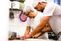 Ausbildung in einer Bäckerei: Die Gewerkschaft NGG fordert Betriebe dazu auf, auch in Krisenzeiten weiter auf Azubis zu setzen. Foto: NGG