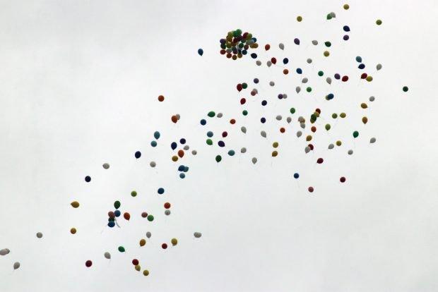 Die Demo um Bürgermeister Matthias Berger ließ Luftballons steigen. Foto: L-IZ.de