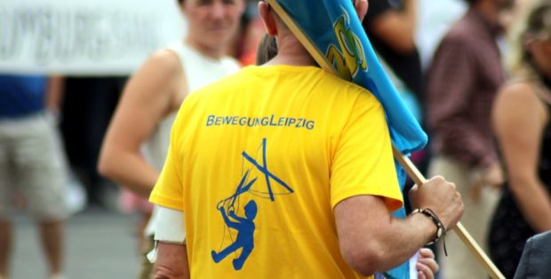 """Alle anderen sind Marionetten: Die """"Bewegung Leipzig"""" mobilisiert erneut nach Berlin, verkauft T-Shirts und Bustickets. Foto: L-IZ.de"""