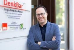 Dirk Panter vor seinem Abgeordnetenbüro. Foto: Hammermännchen