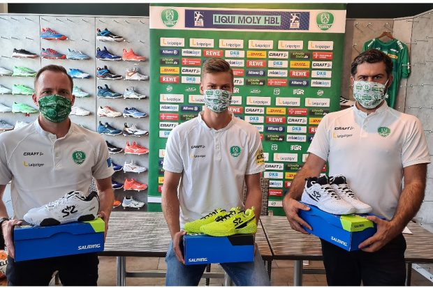 Cheftrainer André Haber, Rückraumspieler Julius Meyer-Siebert und Geschäftsführer Karsten Günther. Quelle: SC DHfK
