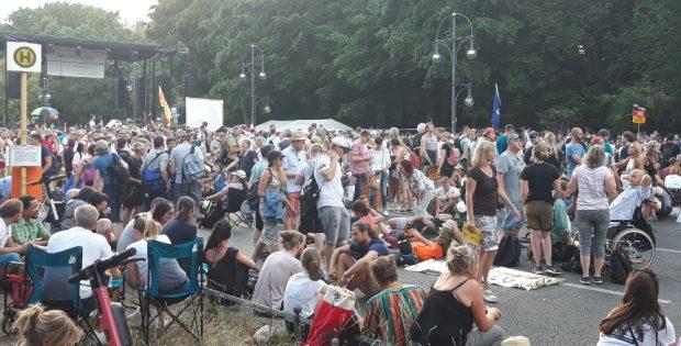 """Wo alles begann - Die Versammlung von """"Querdenken"""" am 1. August 2020 in Berlin. Foto: René Loch"""