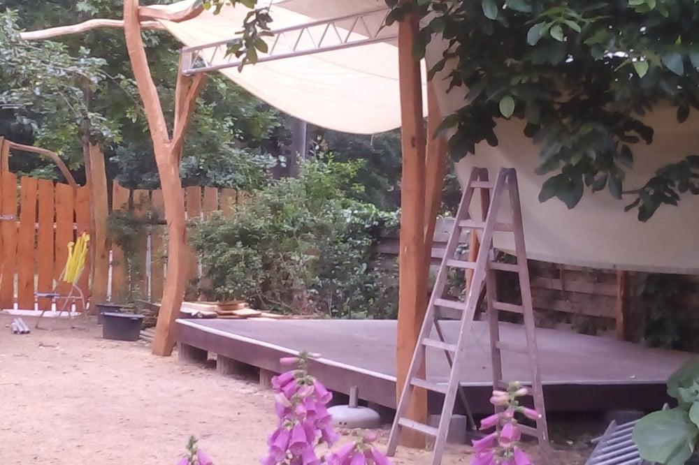 """Das """"Theater im Grünen"""" in der Sternbachstraße 22: Vor der Bühne des Freilufttheaters ist Platz für 60 Zuschauer. Foto Birthe Kleemann"""