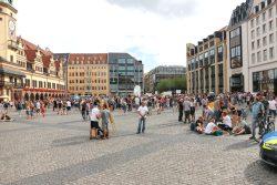 """Kaum mehr als 300 Demoteilnehmer der """"Bewegung Leipzig"""" am 22. August 2020 auf dem Marktplatz. Foto: L-IZ.de"""