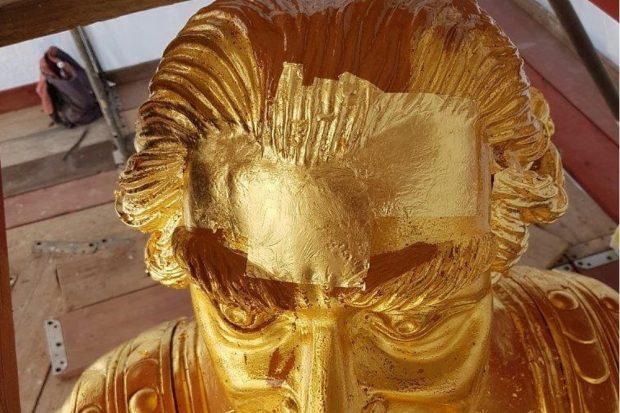 Dresden, Restaurierung des Goldenen Reiters, Detail vom Kopf des Kurfürsten, bereits angelegte Neuvergoldung auf neuer Grundierung, 2020. Quelle: LfD Sachsen © Dipl.-Rest. Annegret Michel