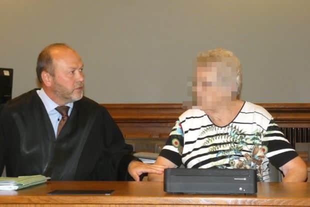 Bleibt ihr das Gefängnis erspart? Erika S. (heute 81) im August 2019 mit ihrem Verteidiger Hagen Karisch am Landgericht. Foto: Lucas Böhme