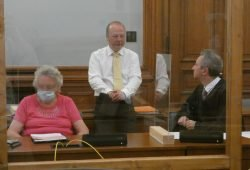 Dem Gefängnis entkommen: Erika S. (81) mit ihren Verteidigern Hagen Karisch und Dr. Stefan Wirth (v.l.). Foto: Lucas Böhme