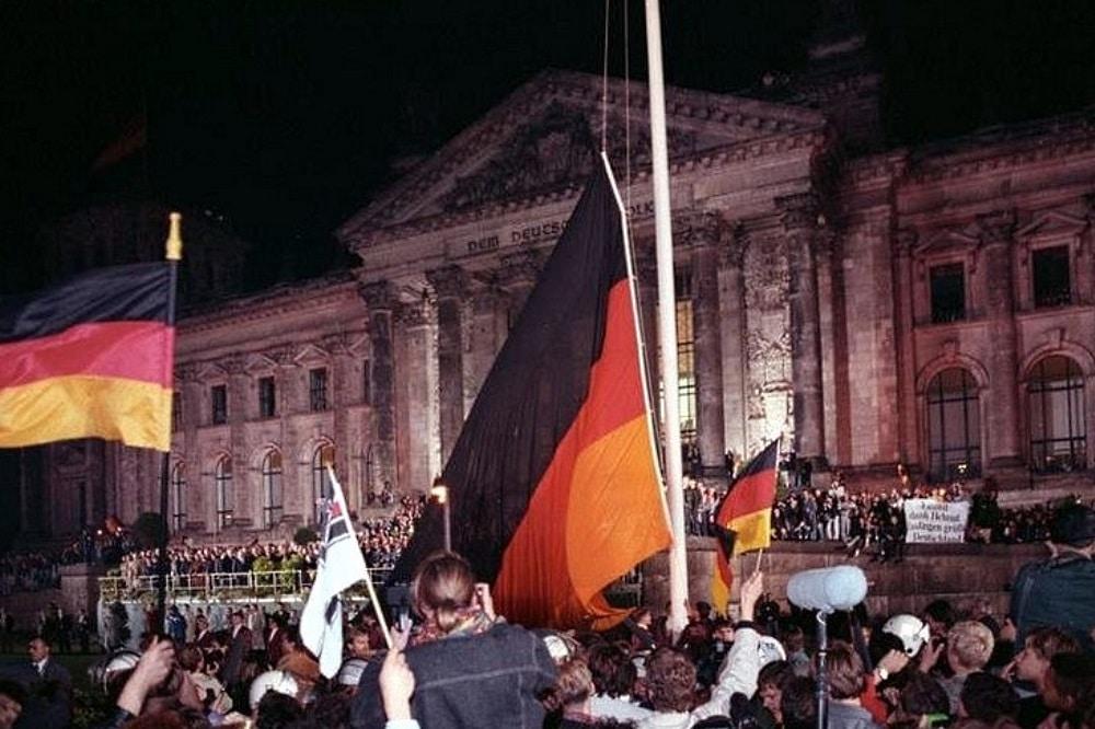 Feierlichkeiten zur Wiedervereinigung Deutschlands vor dem Berliner Reichstagsgebäude am 3. Oktober 1990. © Bundesarchiv / Peter Grimm