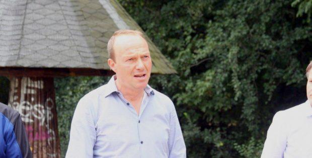 Der sächsische Umweltminister Wolfram Günther besah sich den Zustand des Auwalds. Foto: Sabine Eicker