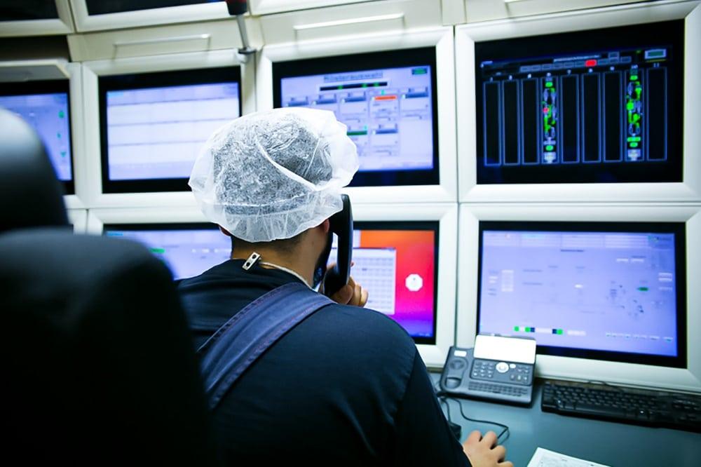 Schaltraum statt Fließband: In Fabriken – wie hier der Lebensmittelindustrie – übernehmen Computer immer mehr Arbeiten. Aber durch die Digitalisierung entstehen auch neue Arbeitsplätze, sagt die Gewerkschaft NGG – wenn Firmen rechtzeitig auf die Qualifizierung der Beschäftigten setzen. Foto: NGG