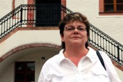 Kerstin Köditz (Die Linke, MdL) 2019 vor dem Rathaus Grimma. Foto: L-IZ.de