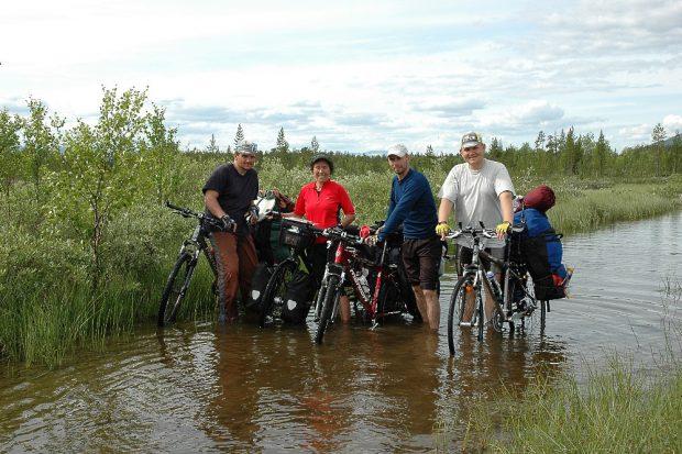 Treffen mit drei anderen Radlern auf der Kola-Halbinsel. Foto: privat