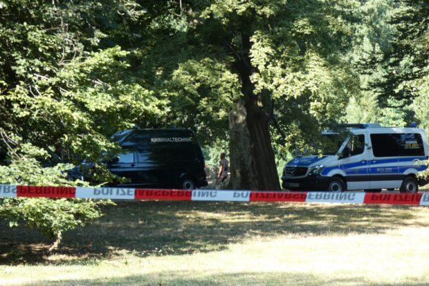 Auch ein Einsatzwagen der Kriminaltechnik steht am Teich bereit. Foto: L-IZ.de