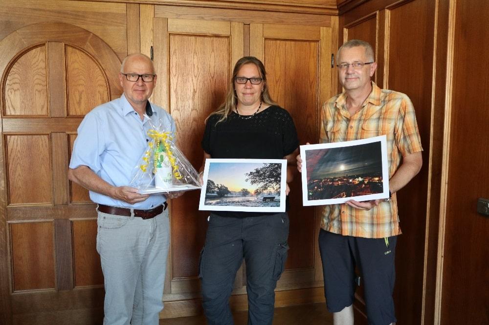 Oberbürgermeister Ralf Scheler (l.) übergibt Cathleen Gödecke und Uwe Eitner ein Lieblingsstadt-Paket. Foto: Stadtverwaltung Eilenburg