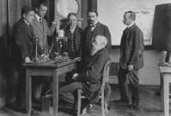 Wundt im Labor im Kreise seiner Assistenten und Institutsgehilfen. Foto: Institut für Psychologie der Universität Leipzig