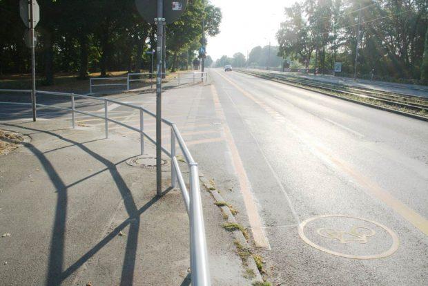 Die neu montierten Geländer an der Einmündung Cottaweg. Foto: Ralf Julke