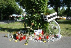 Weißes Fahrrad vor der Kleinmesse. Foto: Ralf Julke