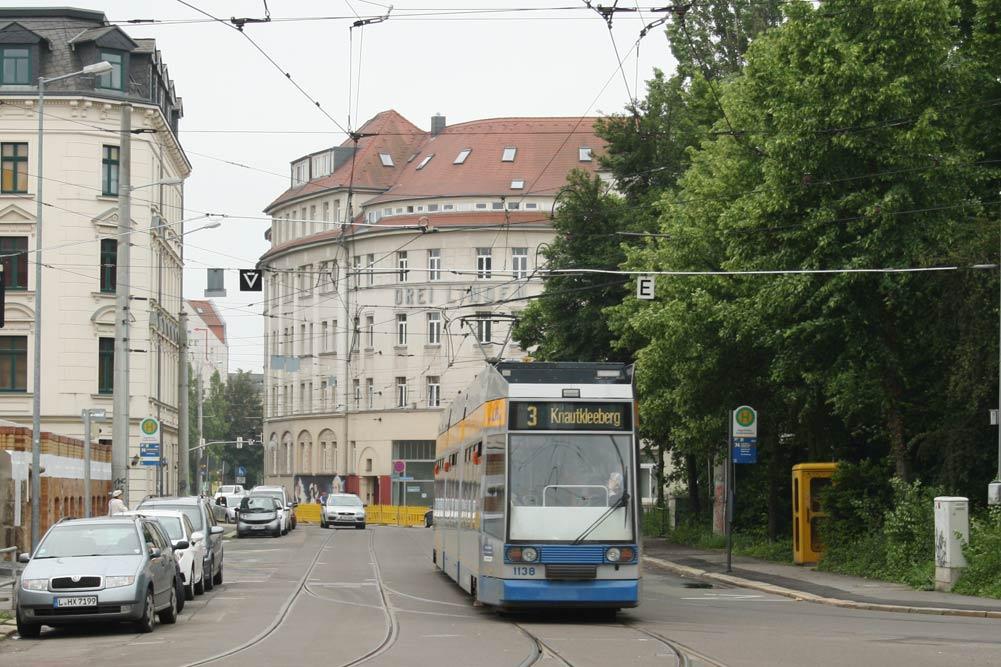 Eine Straßenbahn der Linie 3 überquert die Gasthofbrücke. Foto: Ralf Julke