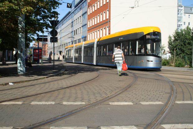 Gleiskurve in Richtung der üblichen Fahrstrecke der Linie 9 in der Erich-Weinert-Straße. Foto: Ralf Julke