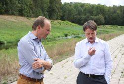 Wolfram Günther und Rüdiger Dittmar im Gespräch direkt am Nahleauslasswerk. Foto: L-IZ