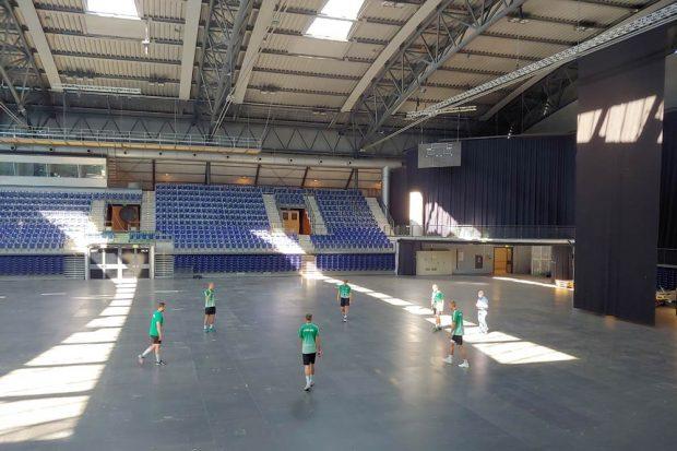 Techniktest mit DHfK-Handballern und Dr. Stefan Moritz. Foto: Universitätsmedizin Halle (Saale)