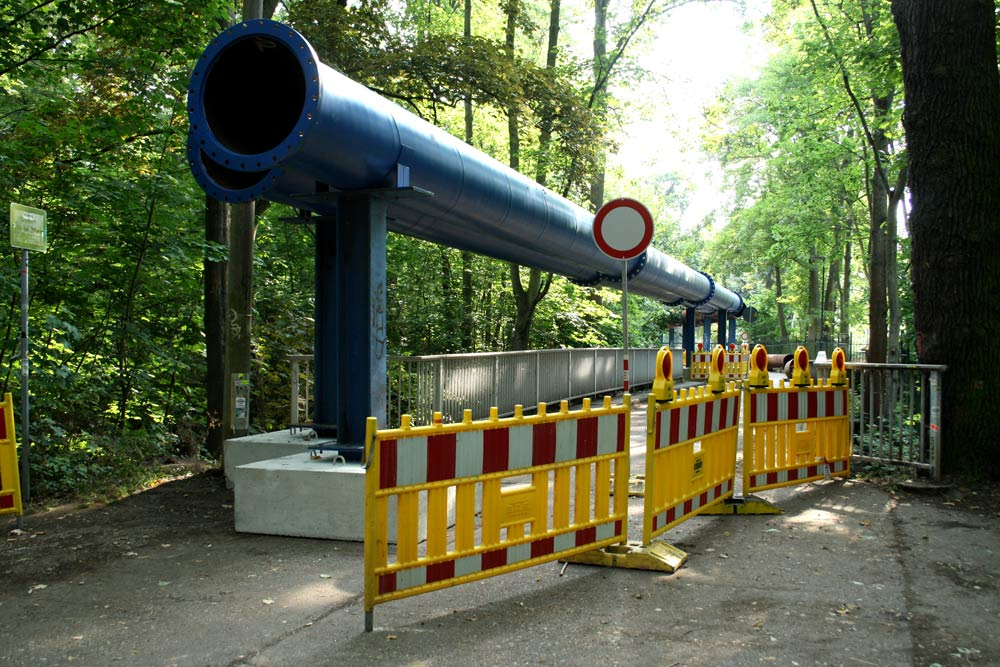 Die Rohrleitungen auf der Brücke über den Elstermühlgraben. Foto: Ralf Julke