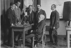 Wilhelm Wundt im Labor im Kreise seiner Assistenten und Institutsgehilfen. Foto: Institut für Psychologie der Universität Leipzig