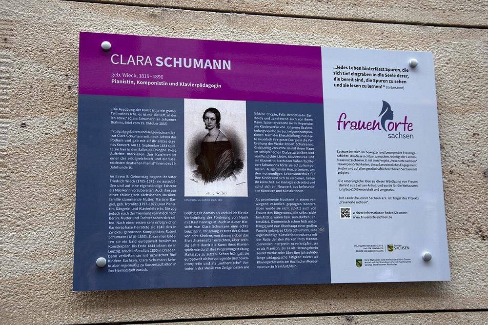 """Die Gedenktafel für Clara Schumann des Projekts """"frauenorte sachsen"""" am Salles de Pologne in der Hainstraße 18. Foto: LF Gruppe"""