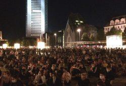 Am 9. September 2020 gegen 21 Uhr auf dem Augustusplatz: Deutlich mehr als die anfangs 1.000 Teilnehmer/-innen fordern die umgehend Aufnahme von Flüchtlingen aus Moria. Foto: L-IZ.de