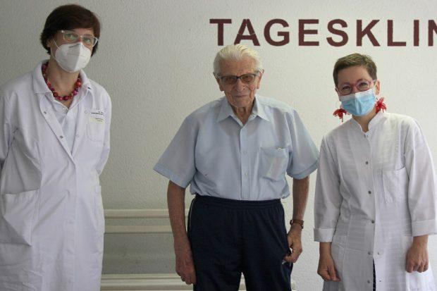 Der Hundertjährige Werner Kruse (Mitte) gratuliert Oberärztin K. Bethke (links) und Chefärztin Dr. C. Schinköthe zum 10-jährigen Bestehen des Tagesklinik in Grünau. © Klinikum St. Georg, Björn Hänsel