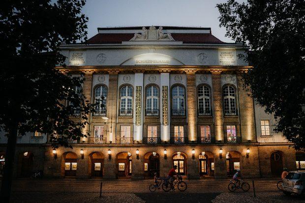 Blick von außen auf das Schauspielhaus in Dresden am Abend. Foto: Sebastian Weingart (DML-BY)