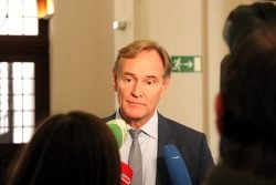 Burkhard Jung war auch nach der PK noch von Medien umringt und betonte die Bemühungen der Stadt um Dialog (siehe Video). Foto: L-IZ.de