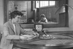 """Dr. Ursula Köhler (1921-1995), Psychologin an der Technischen Universität Dresden, beim Einsprechen von Vortrag T109 im Studio des Hygienemuseums (""""Die Bedeutung des Spiels für die gesunde Entwicklung des Säuglings und Kleinkindes""""), ca. 1961; Foto: Deutsches Hygiene-Museum Dresden"""